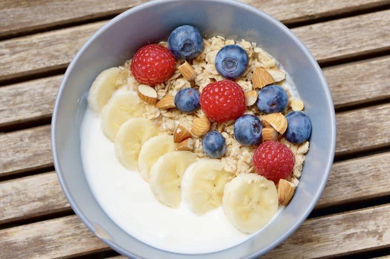 granola, yogurt, yaourt, petit-déjeuner