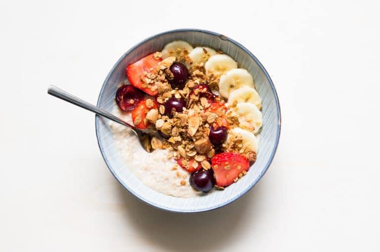 Porridge ultra-rapide aux fraises et aux cerises ultra-schneller Porridge mit Erdbeeren und Kirschen ultra-quick porridge with strawberries and cherries