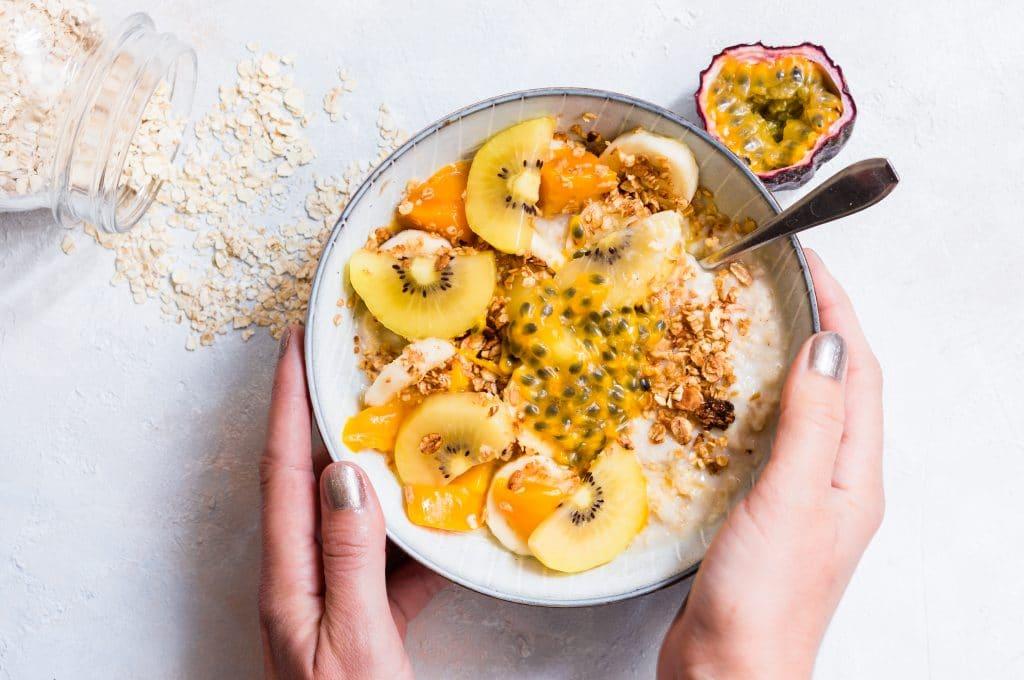 Porridge mit Mango, Kiwi und Passionsfrucht