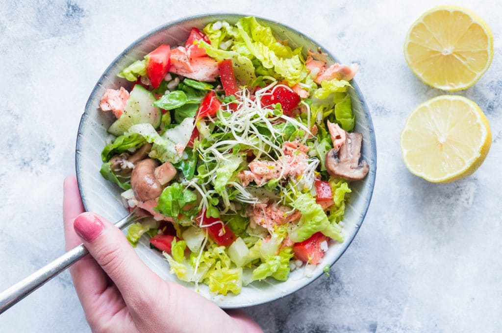 Salat mit frischem Lachs