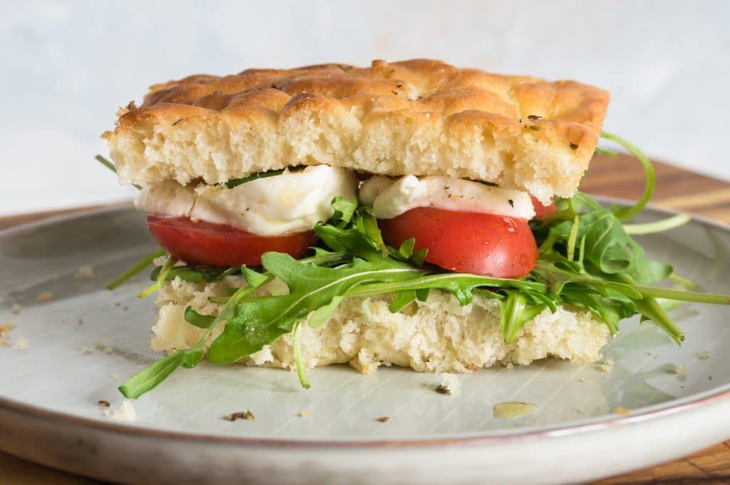 Focaccia sandwich tomates et mozzarella