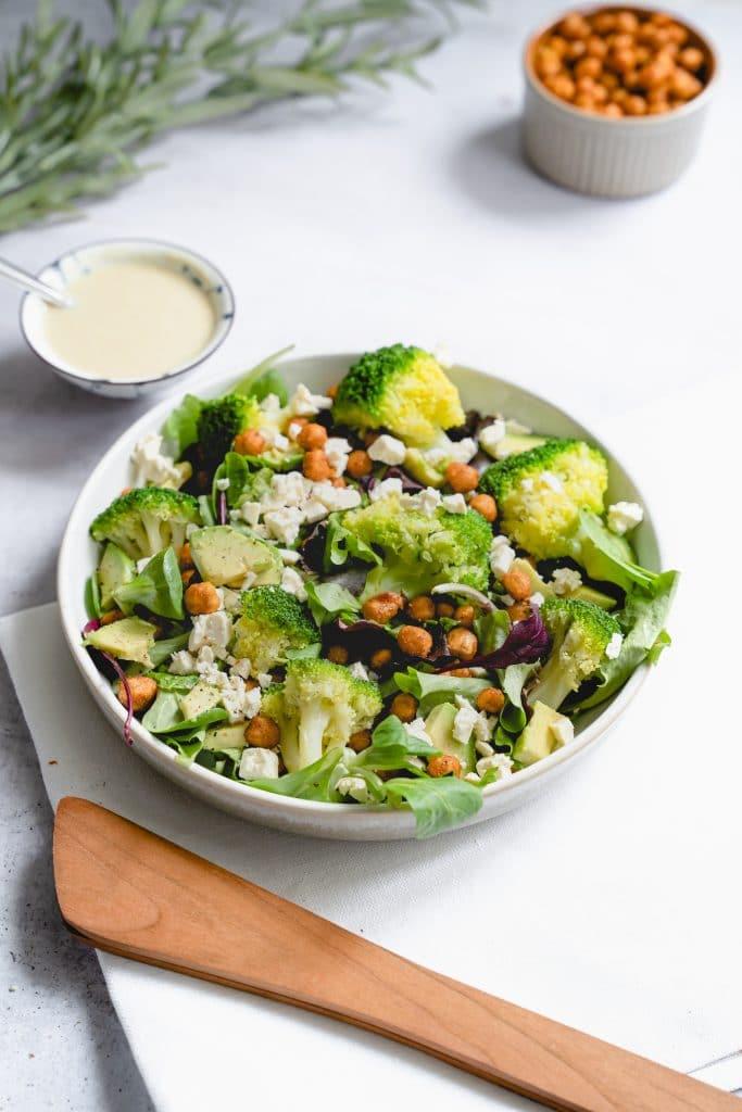 Salat mit Kichererbsen, Brokkoli und Tahini-Dressing