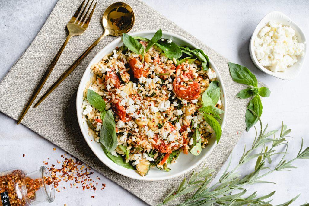 Orzo mit Gerösteten Tomaten und Zucchini