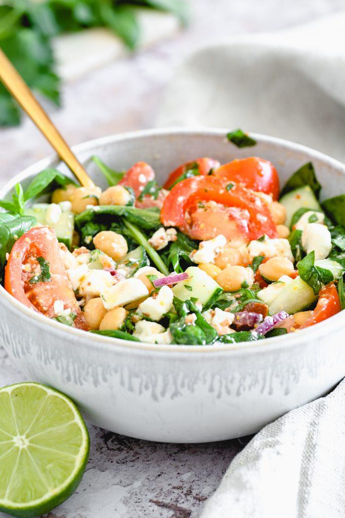 Salat mit Kichererbsen und Babyspinat