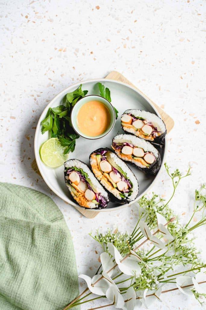 Onigirirazu mit Surimi und frischem Gemüse