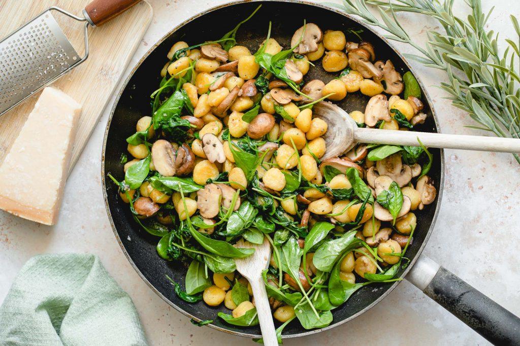 Gnocchi-Pfanne mit Champignons und Spinat