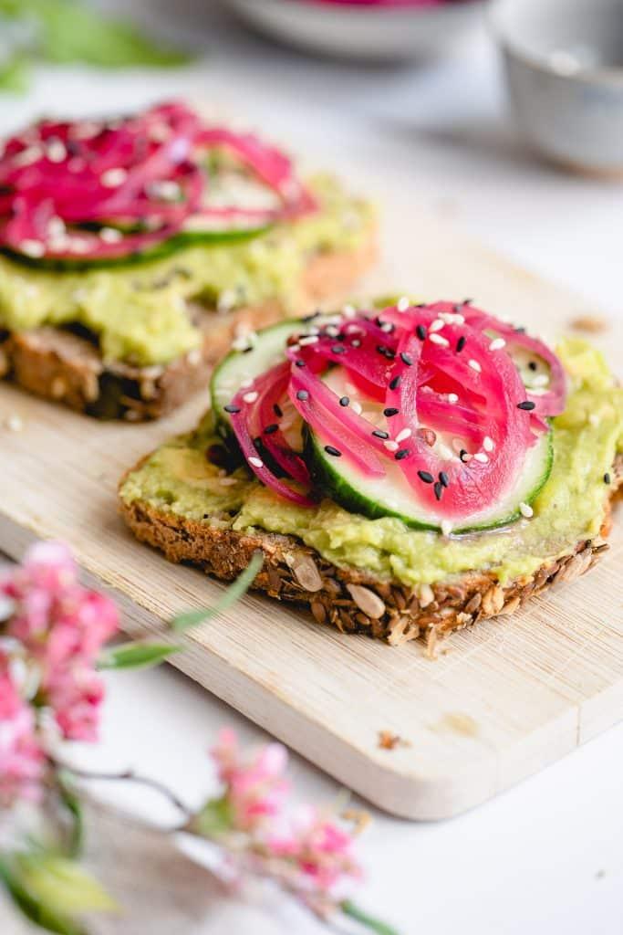 Rezept für Brot mit Avocado und Red Onion Pickles